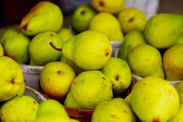 Vente de poires dans des paniers au marché fermier