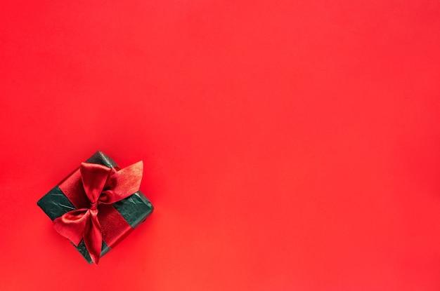 Vente à rabais vendredi noir, coffret cadeau noir sur fond rouge, espace copie