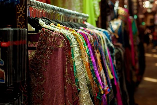 Vente de saris de couleurs différentes sur le marché oriental