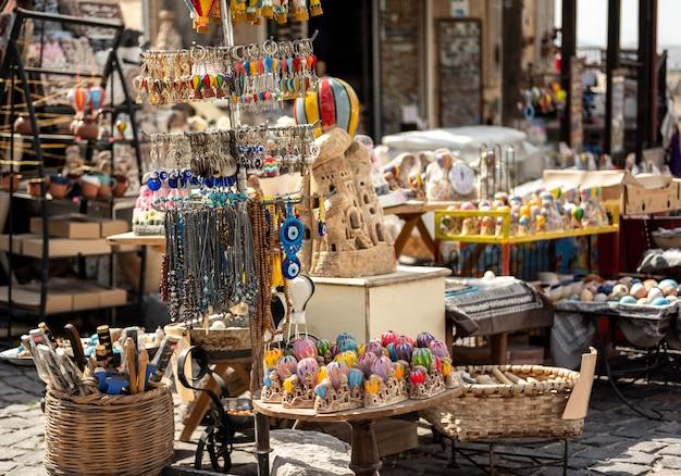 Vente de souvenirs colorés sur le marché en cappadoce, turquie