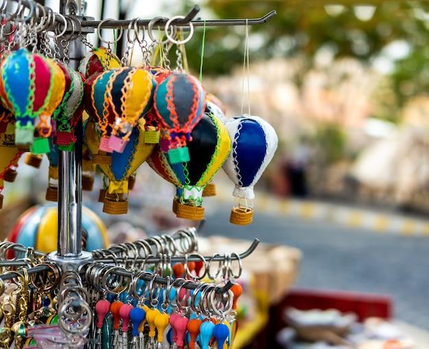 Vente de souvenirs de montgolfières sur le marché turc en cappadoce