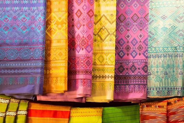 Vente de tissus de soie sur le marché