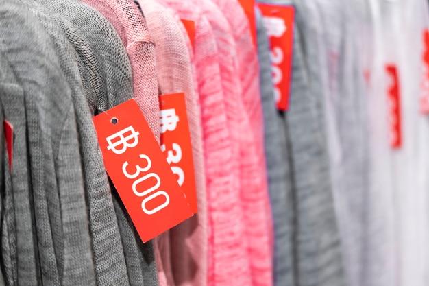 Vente de vêtements, étiquettes de vente sur les vêtements, tous les 300 baht thaïlandais.