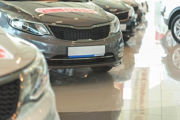 Vente de voitures. automobile dans le salon de vente. voitures à vendre