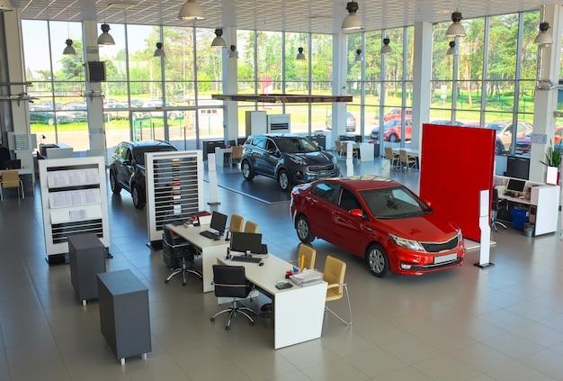 Vente de voitures dans le showroom. voitures neuves au showroom.