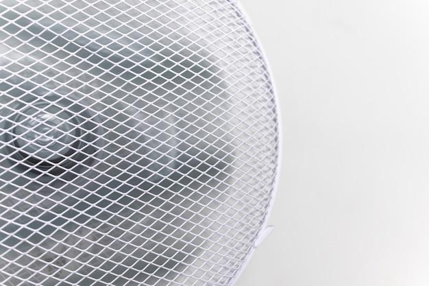 Un Ventilateur Blanc Souffle Sur Le Fond D'un Mur Blanc Un Ventilateur Avec Une Grille Est Situé à La Maison Dans Photo Premium