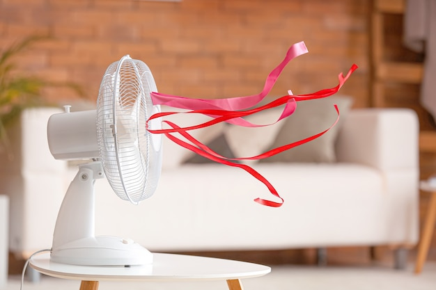 Ventilateur électrique avec des rubans flottants dans la chambre