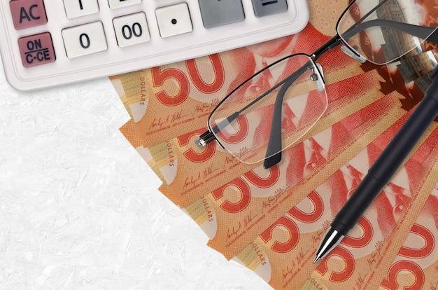 Ventilateur de factures en dollars canadiens et calculatrice avec lunettes et stylo