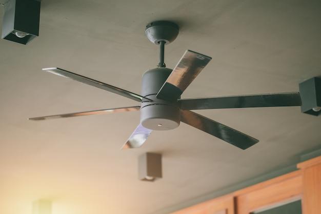 Ventilateur de plafond lors du refroidissement par temps chaud