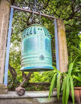 Ventimiglia, italie - circa aot 2020 : ancienne cloche japonaise située dans les jardins de hambury et finement ouvragée en bronze. il semble provenir d'un sanctuaire bouddhiste détruit par un incendie dans le centre du japon.