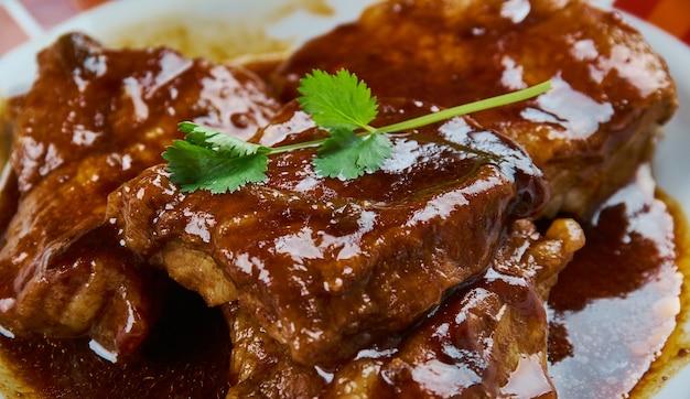 Ventre de porc caramélisé au vin rouge, gros plan
