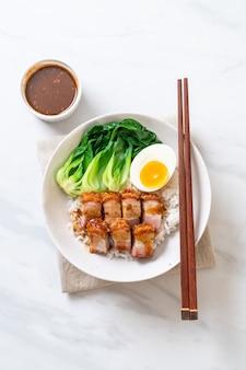 Ventre de porc croustillant sur du riz