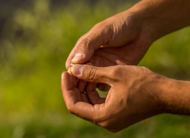 Ver sur un crochet dans une main. pêche