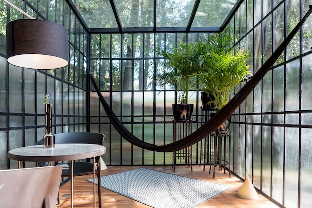 Véranda moderne avec un hamac et quelques plantes