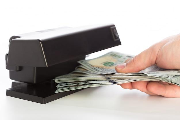 Vérificateur d'argent isolé sur blanc