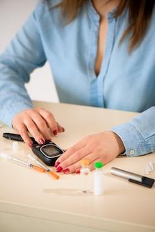 Vérification du taux de glucose avec un glucomètre.