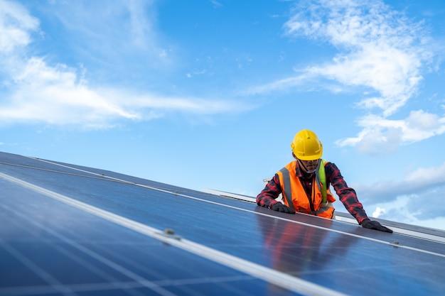 Vérification et entretien d'un ingénieur ou d'un électricien sur le panneau solaire de remplacement à la centrale solaire, énergie verte et développement durable pour le générateur d'énergie solaire.