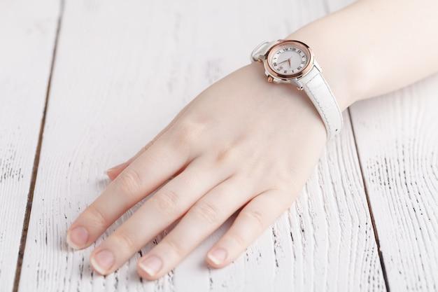 Vérification de l'heure, montre-bracelet femme à portée de main