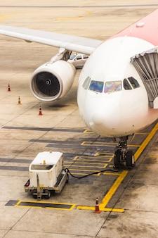 Vérification de la maintenance du train principal à l'aéroport avant le départ pour la sécurité.