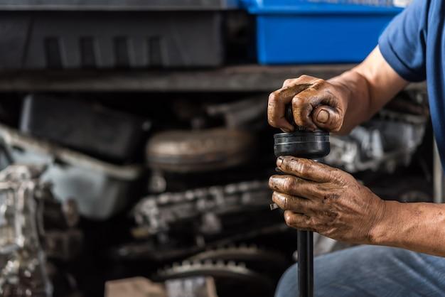 Vérification de la suspension d'une voiture pour réparation au garage