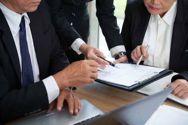 Vérification des termes du contrat