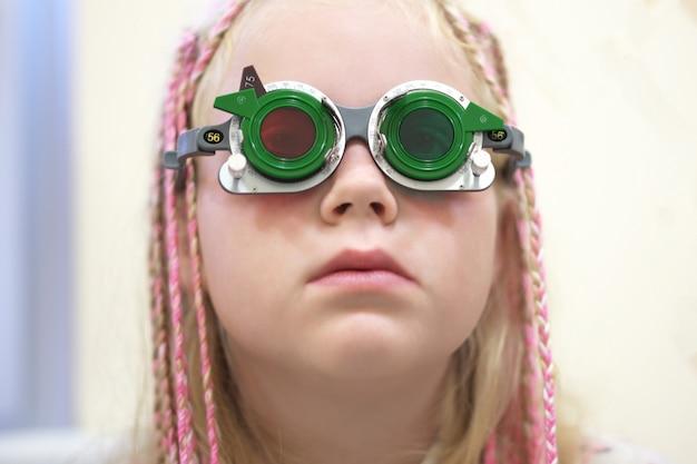 Vérification de la vue. fille caucasienne ayant une déficience visuelle. traitement médical et réhabilitation