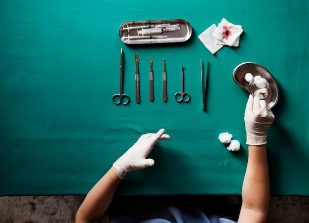 Vérifier équipement médecin ciseaux vérification médicale