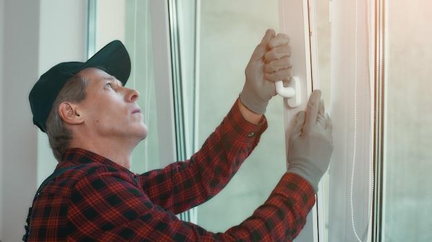 Vérifier l'homme de qualité installe une fenêtre