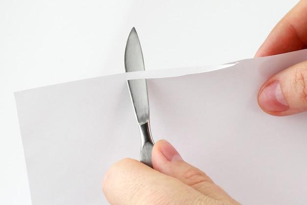 Vérifiez l'affûtage des lames de scalpel médical sur papier