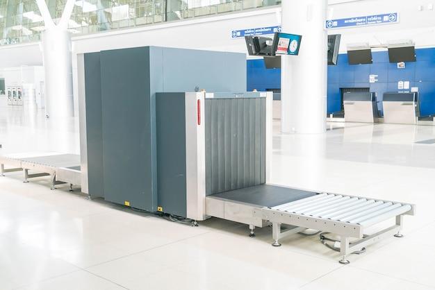 Vérifiez les bagages au scanner de rayons x de l'aéroport