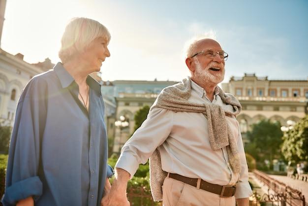 Le véritable amour ne vieillit jamais le portrait d'un beau et heureux couple de personnes âgées élégant souriant et marchant