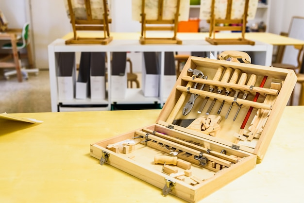 Véritable boîte à outils pour les enfants en classe.