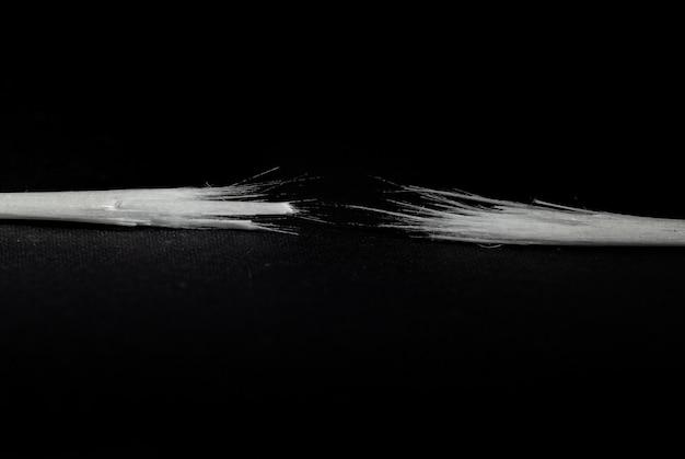 Véritable fibre optique radicalement cassée sur fond noir.