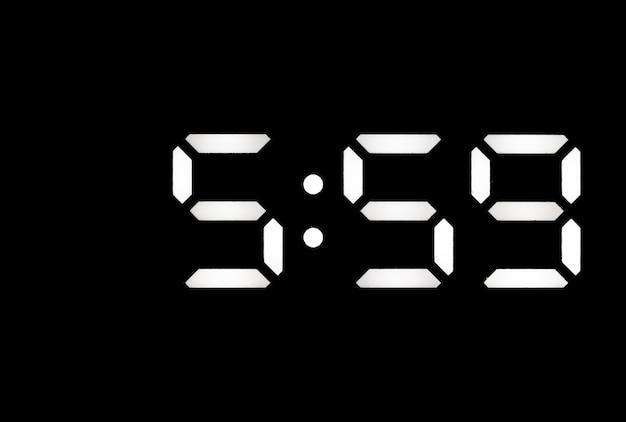 Véritable horloge numérique à led blanche sur fond noir indiquant l'heure 559
