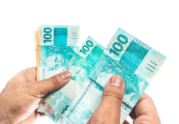Véritable monnaie brésilienne un homme d'affaires détenant des factures d'argent réel brésilien du brésil
