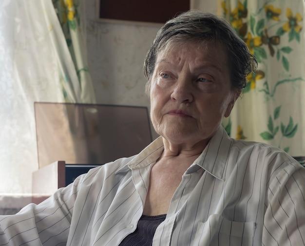 Véritable portrait de femme mature senior avec gros plan visage triste sérieux