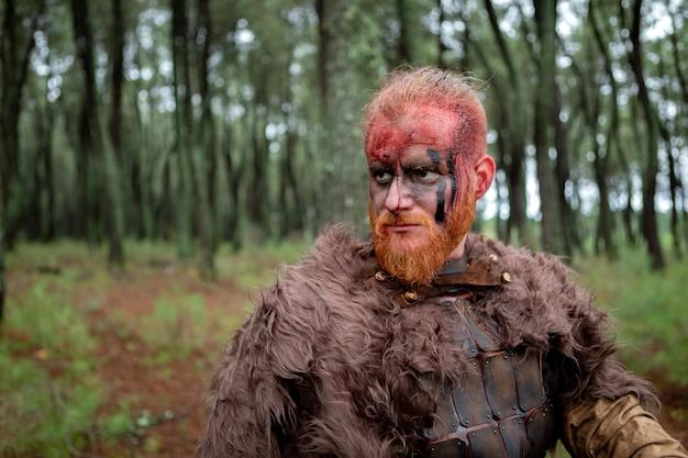 Véritable viking avec beaucoup d'arbres autour