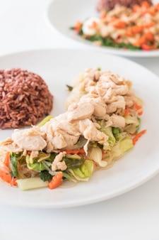 Vermicelles frites et poulet au riz aux baies