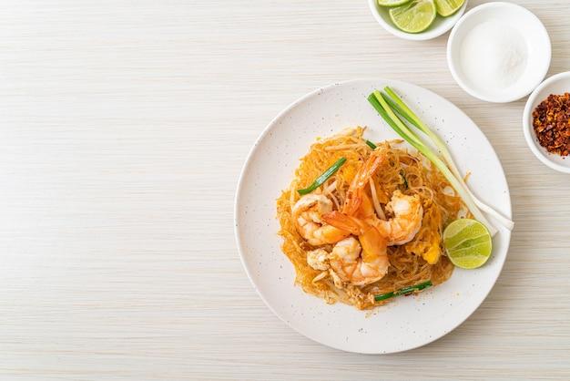 Vermicelles pad thai ou vermicelles sautés thaï aux crevettes