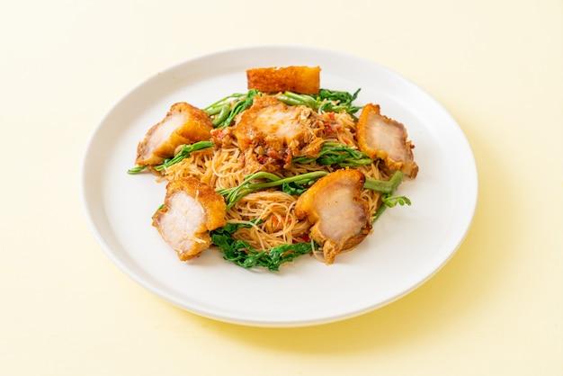 Vermicelles de riz sautés au ventre de porc croustillant