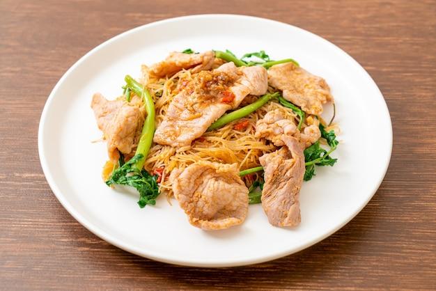 Vermicelles de riz sautés et mimosa d'eau au porc - style cuisine asiatique