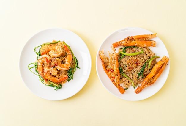 Vermicelles de riz sautés et mimosa d'eau aux crevettes sur assiette