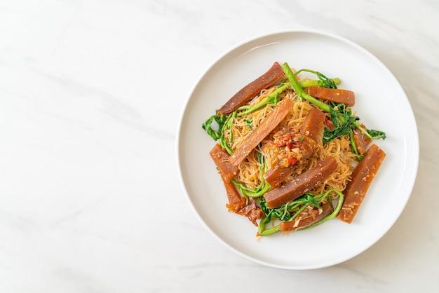Vermicelles de riz sautés et mimosa d'eau avec calamars marinés - style cuisine asiatique