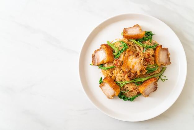 Vermicelles de riz sautés et mimosa d'eau avec poitrine de porc croustillante - style cuisine asiatique