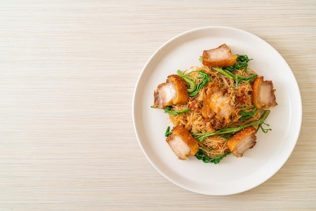 Vermicelles de riz sautés et mimosa à l'eau avec poitrine de porc croustillante