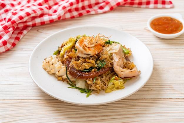 Vermicelles sautés aux légumes et fruits de mer en sauce sukiyaki