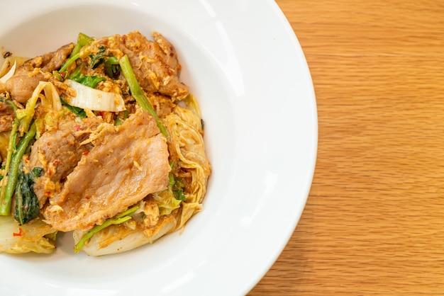 Vermicelles sautés aux légumes et porc en sauce sukiyaki