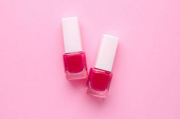 Vernis à ongles cosmétiques couleur rose sur rose