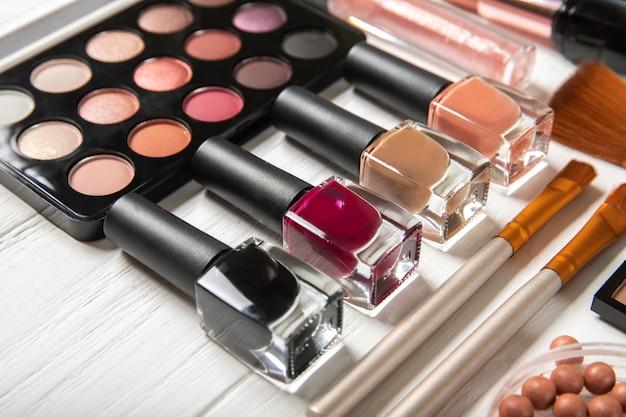 Vernis à ongles et cosmétiques décoratifs, gros plan.