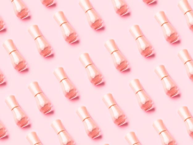 Vernis à ongles nude sur monochrome rose